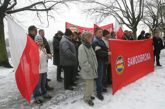 W Szczecinie przed Urzędem Wojewódzkim zebrało się około 30 pikietujących.