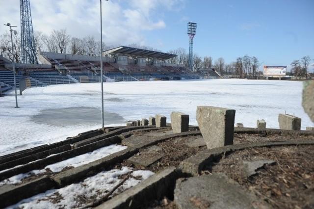 Słabo nawadniana murawa to niejedyny problem stadionu na Oleskiej. Wciąż nie usunięto pozostałości ławek na trybunie północnej. I to mimo, że deklaracje w tej sprawie padały już wiele razy.
