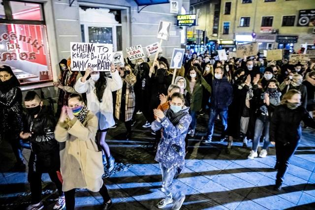 Piąty dzień protestów w Białymstoku przeciwko zaostrzeniu prawa aborcyjnego. Zablokowane rondo, tłumy na ulicach