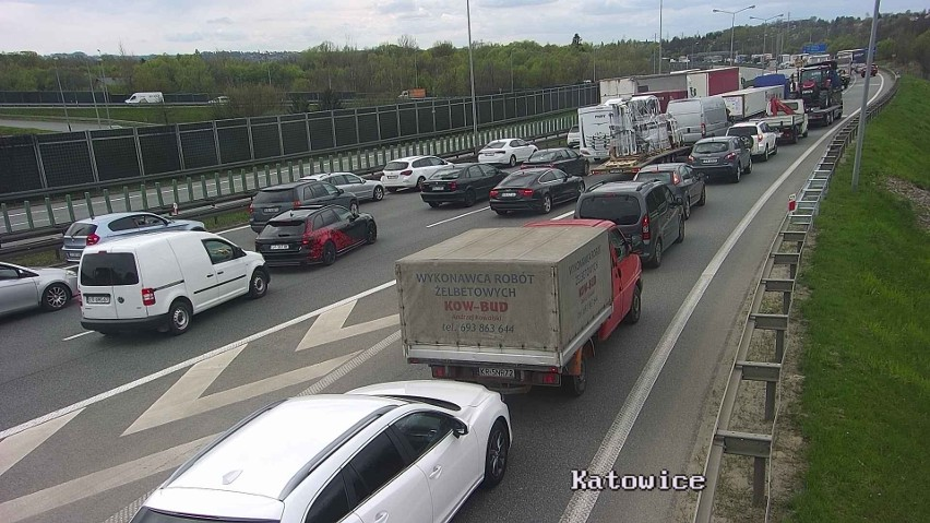 Wypadek na A4 w Krakowie, jedna osoba zginęła. Korek...