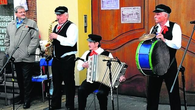 Podczas dorocznej imprezy na ulicy Staropuławskiej w Zwoleniu występują zespoły i kapele ludowe.