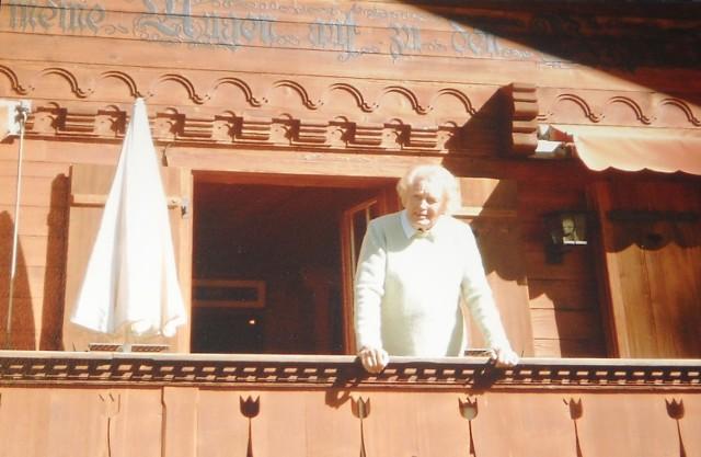 Marian - po drugim mężu bankierze - Frelinghurysen, po pierwszym mężu Seherr-Thoss - na balkonie swojego domu w Szwajcarii.