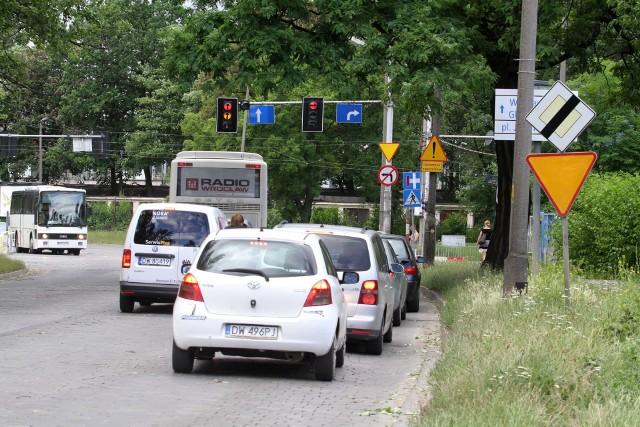 Ulica Hubska. Brak znaku T6 informującego o przebiegu drogi głównej