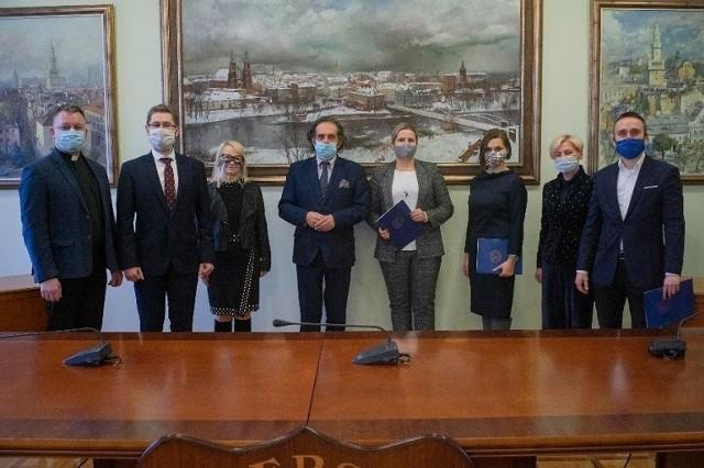 Wręczenie nagród odbyło się 9 grudnia w Sali Senatu UO.