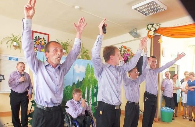 Podopieczni DPS w Wierzbicy bardzo chętnie grają i śpiewają.