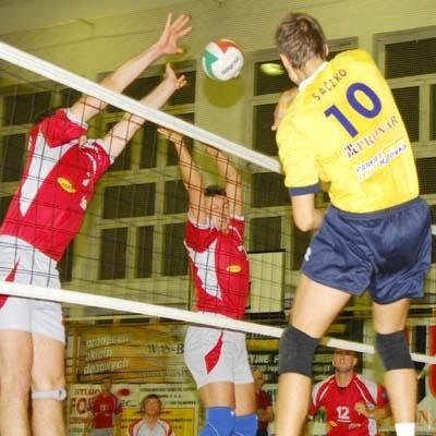 Daniel Saczko z Pronaru (tyłem) ma drobne problemy z kolanem.