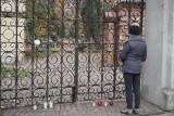 Łódzkie cmentarze w czasie pandemii. Handlarze załamani, ludzie palą znicze pod bramami ZDJĘCIA