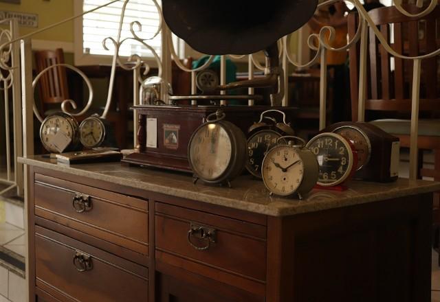 Zmiana czasu pozwala na zwiększenie wykorzystania światła dziennego. Zarówno teraz jak i w przeszłości pozwala zaoszczędzić energię elektryczną oraz paliwa służące do jej produkcji. (Benjamin Franklin argumentował zmianę czasu oszczędnością świec)