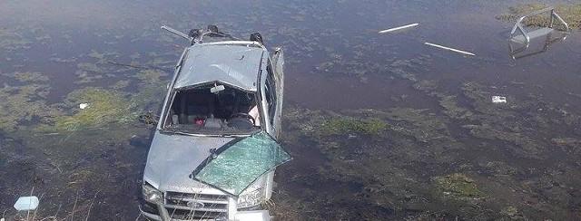 Podczas jazdy 39-latek stracił panowanie nad autem, które dachowało i wpadło do rozlewiska wodnego na polu.>> Najświeższe informacje z regionu, zdjęcia, wideo tylko na www.pomorska.pl