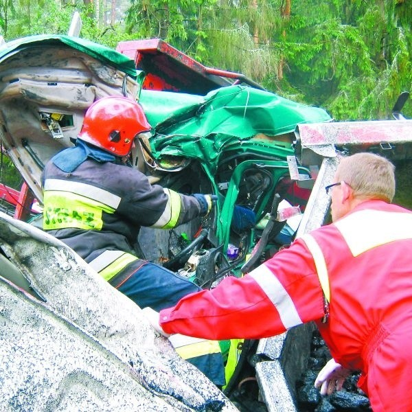 Strażacy w ostatnich tygodniach często wyjeżdżali do wypadków z udziałem tirów. Usuwanie skutków takich zdarzeń trwa minimum kilka godzin.