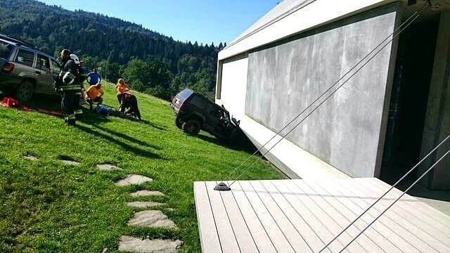 Samochód wbił się w konstrukcję podniebienia domu
