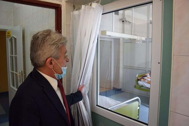 Dawny oddział położniczy, dziś obserwacyjno - zakaźny (covidowy) na terenie Pałuckiego Centrum Zdrowia w Żninie. Po salach oprowadził nas - dzień przed uruchomieniem piętra - dyrektor PCZ Marek Gotowała.