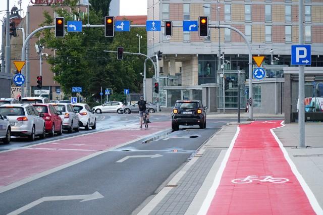 Ruszyło wytyczanie nowego przebiegu ścieżki rowerowej na rondzie Kaponiera. Droga dla rowerów nie prowadzi już przez ulicę, a została wytyczona na chodniku. W ten weekend ruszają też remonty na Śródce i Żegrzu.