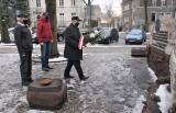 Inowrocław. W 76. rocznicę wyzwolenia Inowrocławia spod okupacji hitlerowskiej. Przedstawiciele lewicy złożyli kwiaty pod pomnikiem. Zdjęcia