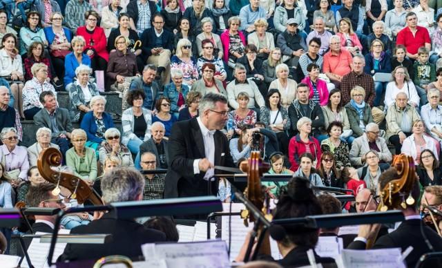 Koncert odbył się w czwartek wieczorem w amfiteatrze nad Brdą. Koncert stał się okazją do promowania europejskiego projektu, w którym uczestniczy Opera Nova. Dzięki środkom unijnym i wojewódzkim (ponad 13,5 milionów złotych) uda się zmodernizować nasz teatr muzyczny i kupić nowe instrumenty.W koncercie dyrygowanym przez Macieja Figasa i Piotra Wajraka, wystąpili chór i orkiestra Opery Nova. Bydgoszczanie mieli okazję w plenerowej scenografii wysłuchać  scen chóralnych z dzieł Giuseppe Verdiego, Stanisława Moniuszki oraz uwertur do dzieł Leoncavalla, Pucciniego, Bizeta. INFO Z POLSKI 8.06.2017 - przegląd najciekawszych informacji ostatnich dni w kraju