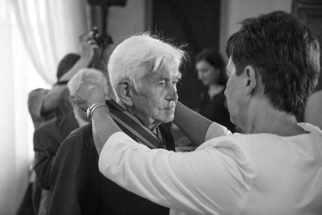 W 2015 roku wojewoda Ewa Mes wręczyła prof. Andrzejowi Tomczakowi przyznany przez prezydenta RP Order Krzyża Niepodległości z Mieczami