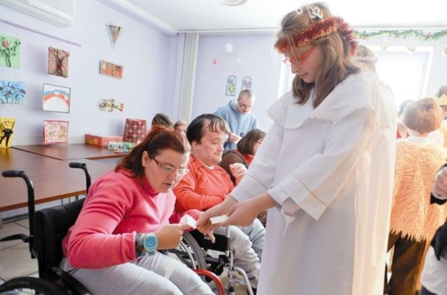 Dzieci przebrane za aniołki, wspólne ubieranie choinki i bożonarodzeniowe jasełka. Tak wyglądały czwartkowe zajęcia w ośrodku dziennego pobytu dla osób niepełnosprawnych przy ul. Tęczowej w Białymstoku