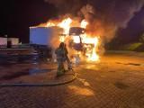 Pożar w Mostkach. Ciężarówka płonęła jak pochodnia. W przestrzeni ładunkowej był jeszcze jeden pojazd. Obydwa spłonęły