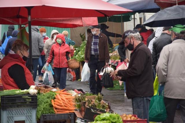 Poranny deszcz nie odstraszył zielonogórzan, którzy w sobotę (23 maja) licznie odwiedzili zielonogórskie targowisko przy ul. Owocowej. Ruch był spory, a towaru pod dostatkiem. Owoce, warzywa, jaja, mięso, kwiaty… Czego tylko dusza zapranie. Tradycyjnie już sprawdziliśmy aktualne ceny warzyw, owoców oraz innych towarów, które można kupić na tym rynku, który - przypomnijmy - czynny jest w każdy wtorek, czwartek i sobotę. Truskawki można było kupić w cenie od 15 do 20 zł za kilogram.Zobacz, co i za ile można kupić na zielonogórskim rynku. Przejdź do Galerii>>>Zobacz też: Co zmieniło się podczas pandemii na rynku owocowo-warzywnym przy ulicy Owocowej. 18.04.2020