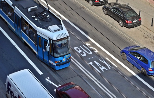 Buspas na ulicy Traugutta powstał w ramach Wrocławskiego Budżetu Obywatelskiego. Autor pomysłu do dziś się nie ujawnił
