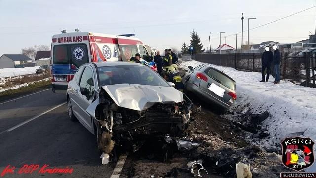 Wczoraj na drodze krajowej nr 62 w Grodztwie (gmina Kruszwica) zderzyły się dwa samochody osobowe: opel i peugeot. Dwie osoby trafiły do szpitala. Flesz - wypadki drogowe. Jak udzielić pierwszej pomocy?