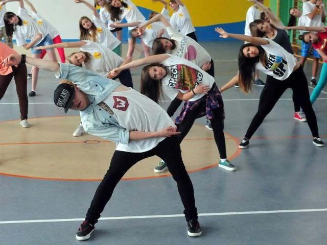Gimnazjaliści nie tylko uczyli się gotować, ale i tańczyć. W Krośnie wzięli udział w warsztatach prowadzonych przez Adama Kościelniaka z programu You Can Dance.