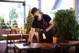 Restauratorzy gorączkowo szukają rąk do pracy! Ale wielu kucharzy i kelnerów nie chce już pracować w gastronomii