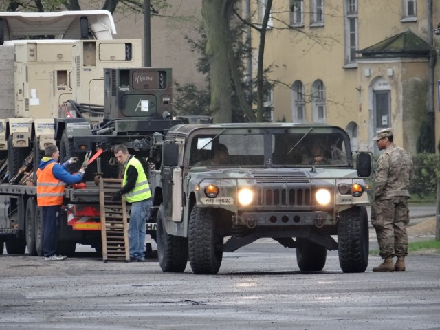 """Wzmocnione środki ostrożności, dodatkowe patrole ochrony, koce w oknach - wszystko to dzieje się w centrum Poznania. Na teren jednostki wojskowej przy ul. Bukowskiej, gdzie mieści się 14 Wojskowy Oddział Gospodarczy, w tym tygodniu zaczął trafiać sprzęt US Army. W koszarach zakwaterowano również amerykańskich żołnierzy. Okna sal, w których mieszkają, zakryto.Przejdź do kolejnego zdjęcia ---><iframe src=""""//get.x-link.pl/7abc9579-f728-a7fb-628f-b0e17721b514,f691f3f7-d192-0318-b127-88f5b4f4c6db,embed.html"""" width=""""640"""" height=""""360"""" frameborder=""""0"""" webkitallowfullscreen="""""""" mozallowfullscreen="""""""" allowfullscreen=""""""""></iframe>"""