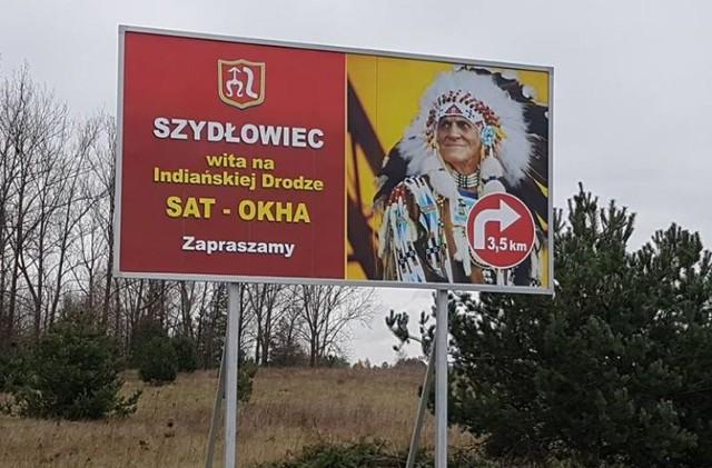 Baner z wizerunkiem i informacją o indiańskiej drodze wisi w Sadku przy szydłowieckim odcinku trasy S7.