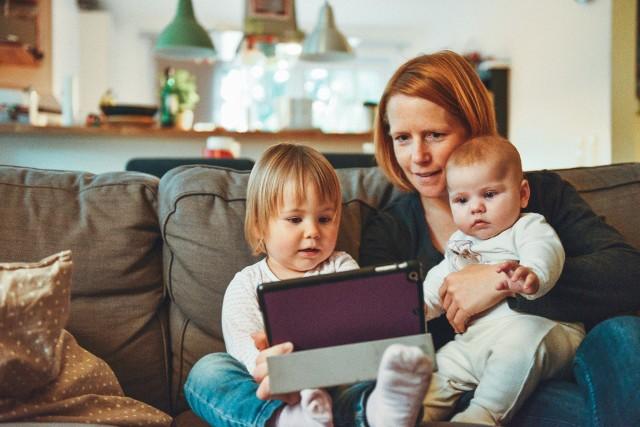 Energiczne bujanie, podnoszenie za rączkę, czy wieszanie ozdób nad łóżeczkiem niemowlaka to tylko niektóre z błędów, jakie popełniają niedoświadczeni rodzice. Niestety, takie zachowanie może być tragiczne w skutkach. Sprawdźcie, jakie powszechne czynności mogą stanowić zagrożenie dla dzieci i starajcie się ich unikać!Aby przejść do listy, naciśnij strzałkę w prawo lub przesuń zdjęcie gestem.