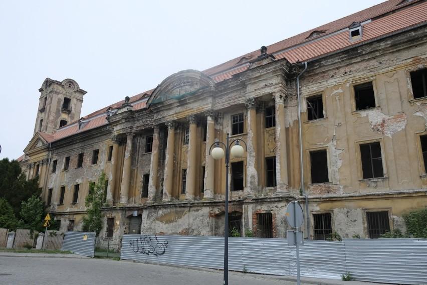 Kompleks pałacowo - zamkowy w Żarach...