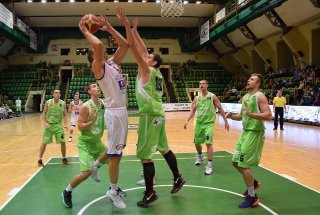 Kolejna przegrana koszykarzy KSK Noteć Inowrocław (białe stroje) w pierwszej lidze. Drużynę na własnym boisku pokonała ekipa Znicza Pruszków. Noteć - Znicz 75:87.