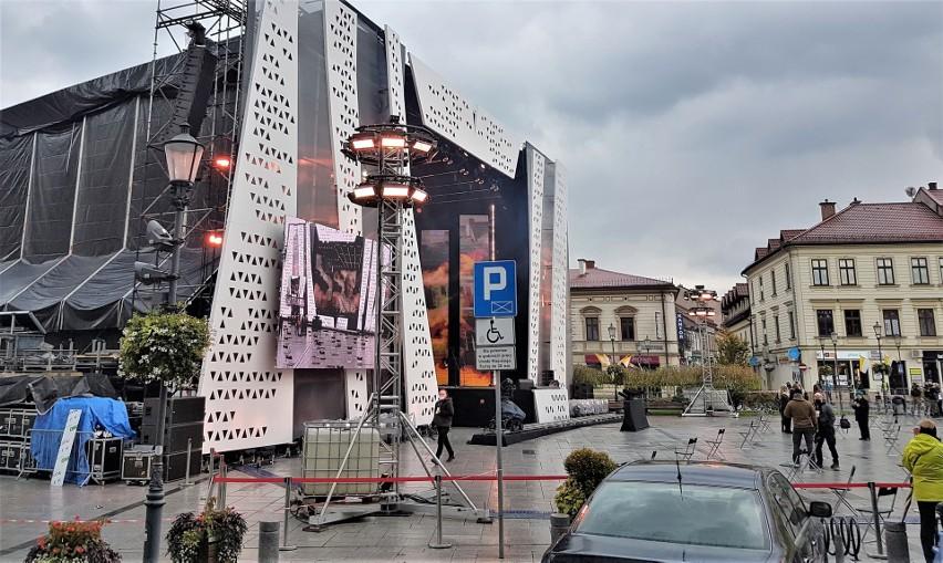 Mimo reżimu sanitarnego związanego z Czerwoną strefa, koncert papieski w Wadowicach doszedł do skutku. Tak wyglądał wadowicki rynek tuż przed koncertem.