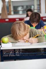 Przykleiła przedszkolaka taśmą do krzesła, żeby pokazać, że dzieci mogą usiedzieć w miejscu. Sprawa trafiła na policję