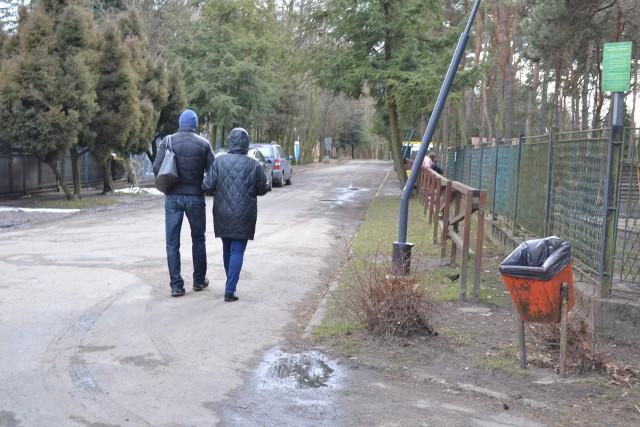 Park Kuronia w Sosnowcu. Choć jest astronomiczna i kalendarzowa wiosna to jeszcze jej tutaj nie czuć. Cały czas trwają prace nad tężnią solankową, a także małym małpim gajem przy skate parkiem. W parku wycięto także drzewa. Zobacz kolejne zdjęcia. Przesuń zdjęcia w prawo - wciśnij strzałkę lub przycisk NASTĘPNE