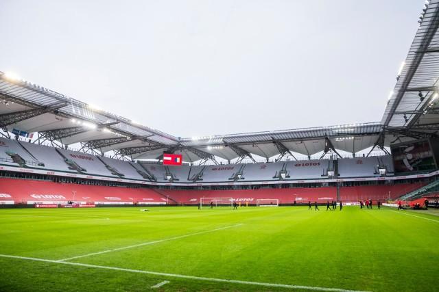 Puste, choć udekorowane na biało i czerwono, trybuny stadionu Legii Warszawa, gdzie reprezentacja Polski rozegrała mecz z Andorą w eliminacjach do mistrzostw świata 2022