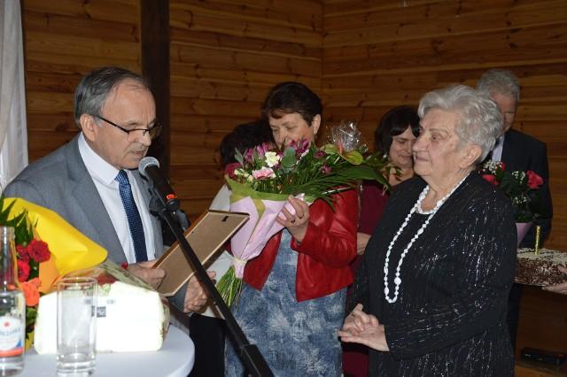 Stanisława Kowal (z prawej) odbiera gratulacje podczas obchodów jubileuszu 25-lecia Klubu Seniora