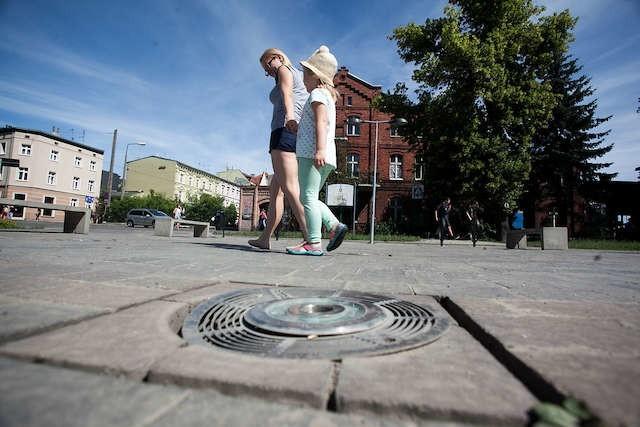 Fontanna znajdująca się przy ulicy Marcinkowskiego od początku ma pecha, częściej nie działa niż działa.