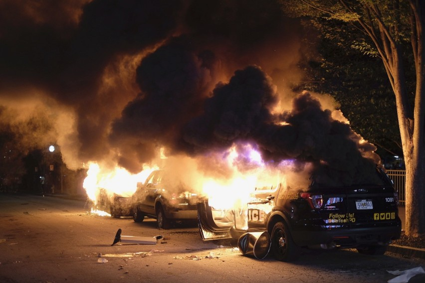 Płonące pojazdy podczas zamieszek w Atlancie