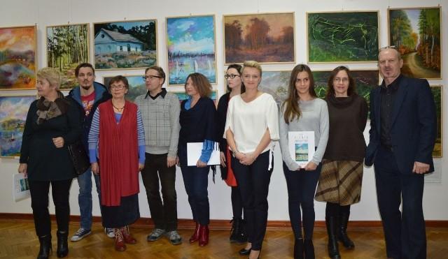 O wystawie opowiadała jej komosarz Kamila Dobrowlska (czwarta z prawej). Tu w towarzystwie artystów