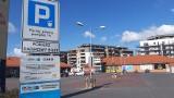Na parkingach przy sklepach sieci handlowych w Opolu nadal trzeba brać bilety darmowe lub uiszczać opłaty. Są wyjątki