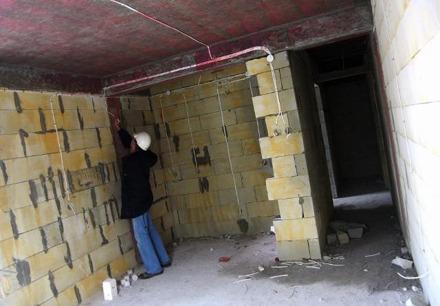 Mieszkanie w budowieZa ubezpieczenie pomostowe zapłacimy najwięcej, jeśli kupujemy mieszkanie w budowie.