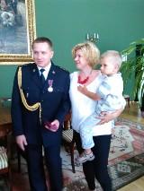 Strażak Dominik Janosz z narażeniem własnego życia uratował z pożaru 1,5-rocznego chłopca
