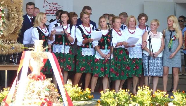 Każdy wieniec dożynkowy, jak każe tradycja, został ośpiewany na scenie. W akcji - panie z koła gospodyń w Krzczonowie, w gminie Opatowiec.