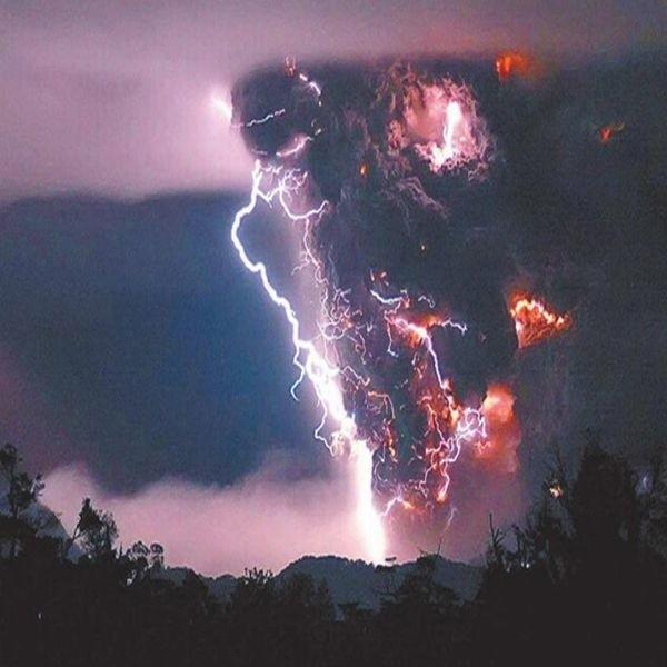 Z krateru wydobywa się dym, chmury pyłu i lawa