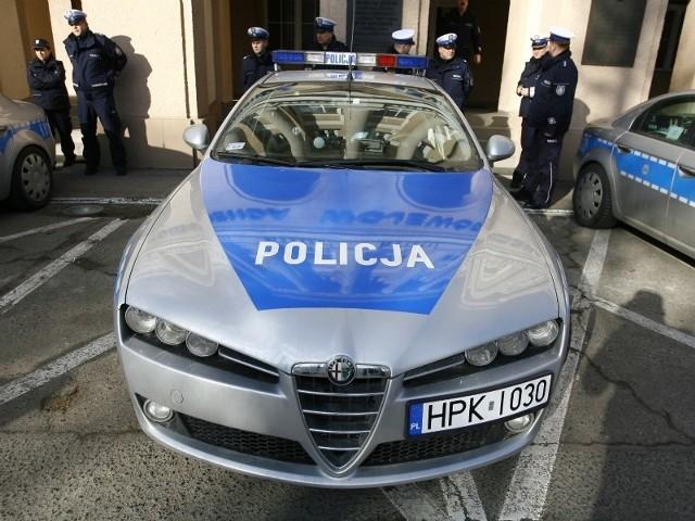 Radiowozy marki Alfa Romeo policja kupiła dzięki pieniądzom z Unii Europejskiej. Do komend w całej Polsce trafi ich 120.