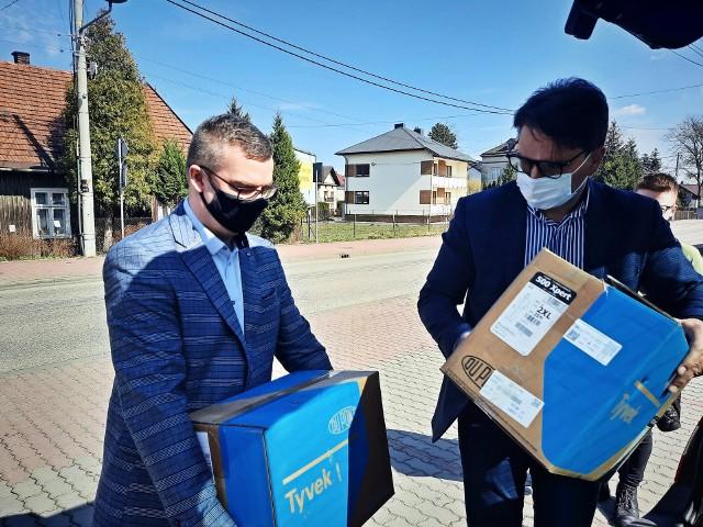 Gmina Niepołomice przekazała pogotowiu ratunkowemu środki ochrony osobistej, przede wszystkim kombinezony. W taki sam sposób wsparł ratowników medycznych, lekarzy i pielęgniarki z Niepołomic także powiat wielicki