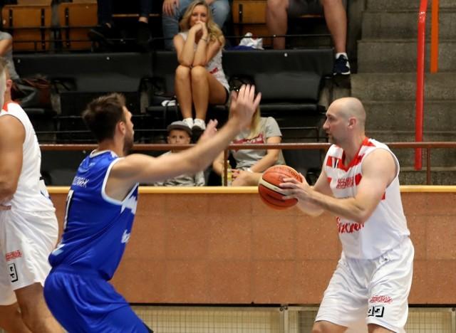 Mecz Gwiazd Szczecińskiej Koszykówki.  Łukasz Biela (z piłką) został wybrany MVP meczu Szczecin kontra Przyjaciele.