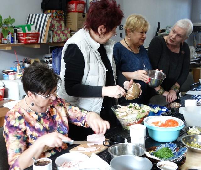 Ostatnie marcowe warsztaty to wspólne robienie sałatek. Osadzeni siedzą przy tym stole, ale nie można ich pokazać. Na zdjęciu (od lewej): Irena, Halina, Maria i Małgorzata