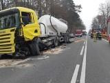 Zderzenie samochodu ciężarowego z osobowym na drodze krajowej nr 74 w Szymanówce